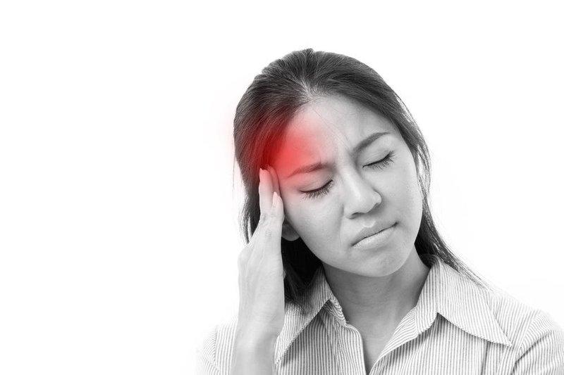 Đau đầu hai thái dương kéo xuống cả mắt và đau tăng khi vận động là dấu hiệu của bệnh gì?