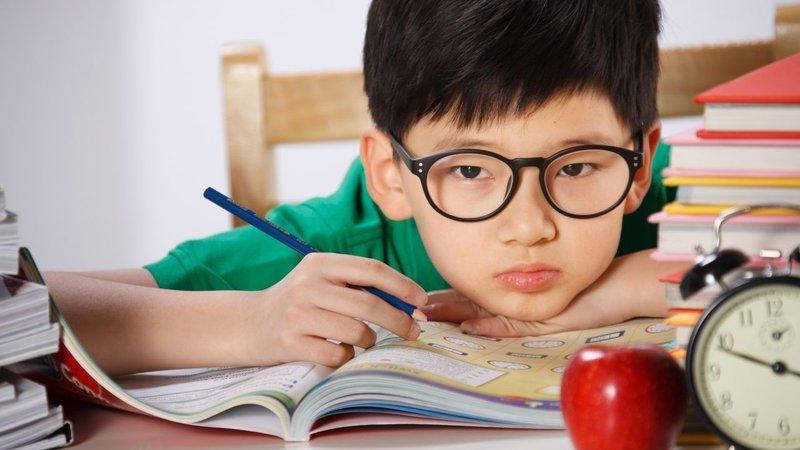 Cách giảm độ cận cho trẻ 10 tuổi do bị đẻ non?