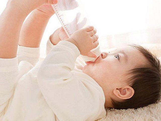 Bé bị tiêu chảy do virus Rota có có nên ngừng sữa công thức không?