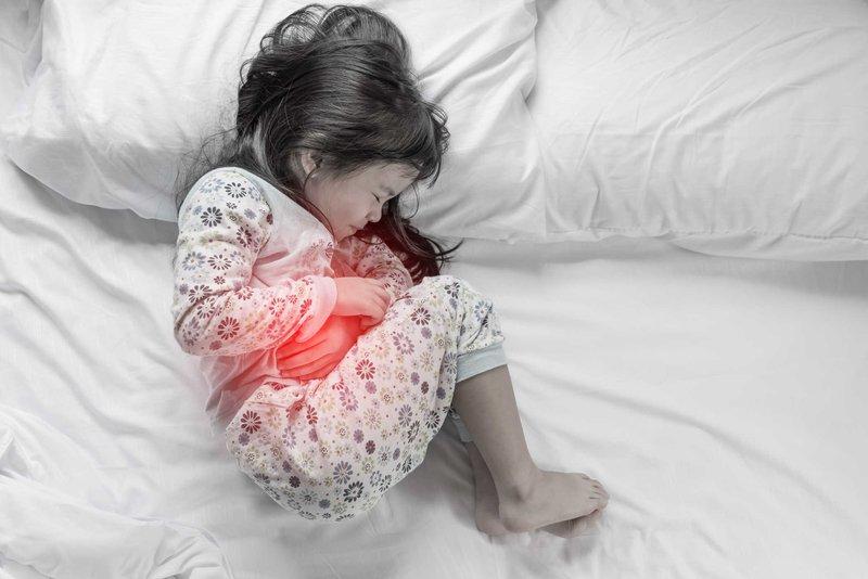 Trẻ 7 tuổi đau bụng đã uống thuốc nhưng không đỡ phải làm gì?