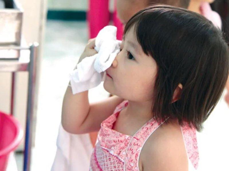 Trẻ đau mắt 1
