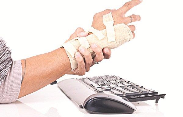 Bong gân cổ tay do ngã cần bao lâu để bình phục?