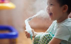 Trẻ 3 tuổi điều trị hen suyễn bằng khí dung
