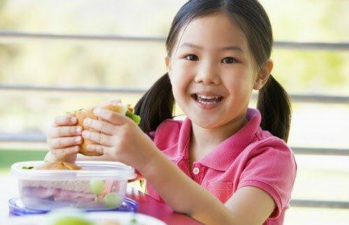 Bé 7 tuổi nặng 49kg ăn rất nhiều cần phải làm gì?