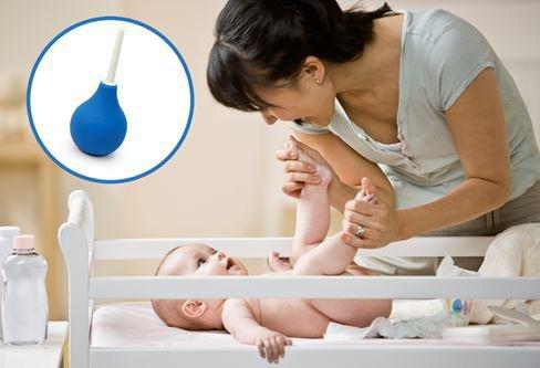 Bé 2,5 tháng tuổi đi ngoài ít dùng thụt hậu môn lâu ngày có ảnh hưởng không?