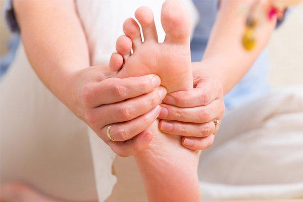 Tê chân vào ban đêm sau sinh 8 tháng có phải thiếu canxi không?