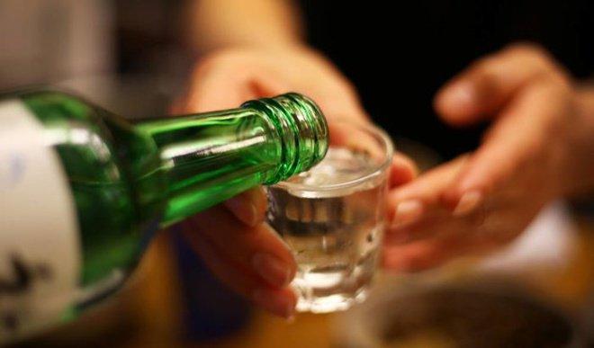 Bạn có thể uống rượu khi đang sử dụng kháng sinh không? | Vinmec