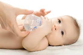 Bé 3 tháng tuổi thường uống nước sôi để nguội sau bú sữa công thức có sao không?