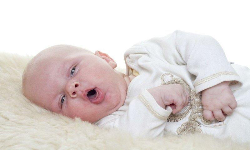 Bé mới sinh tím tái, khó thở kèm đi phân máu là dấu hiệu bệnh gì?