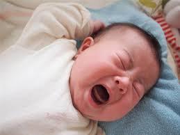 Bé 20 ngày tuổi hay quấy khóc, vặn mình kèm ngủ ít là dấu hiệu bệnh gì?