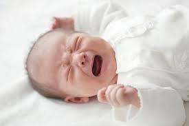 Trẻ hơn 1 tháng tuổi khò khè, đêm hay quấy khóc khó ngủ có phải viêm phổi không?