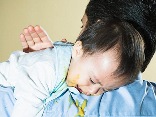 Trẻ 11 tháng tuổi tự dưng bị nôn nhiều là dấu hiệu bệnh gì?