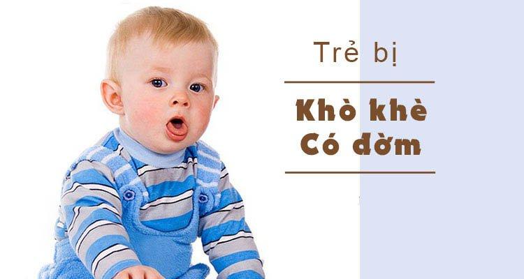 Trẻ 2,5 tháng tuổi khò khè như có đờm có chích ngừa được không?