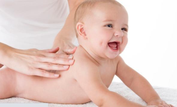 massage lưng cho trẻ sơ sinh