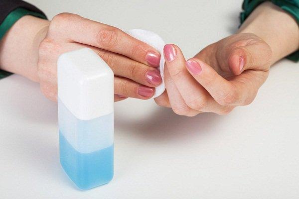 tẩy sơn móng tay bằng gì