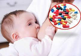 Trẻ bú mẹ hoàn toàn bị đi ngoài nhiều lần có nên uống thuốc kháng sinh?
