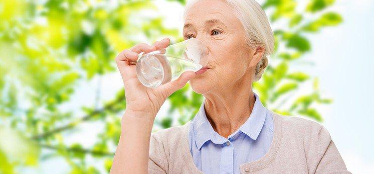 Nguyên nhân và triệu chứng của tình trạng mất nước ở người lớn tuổi