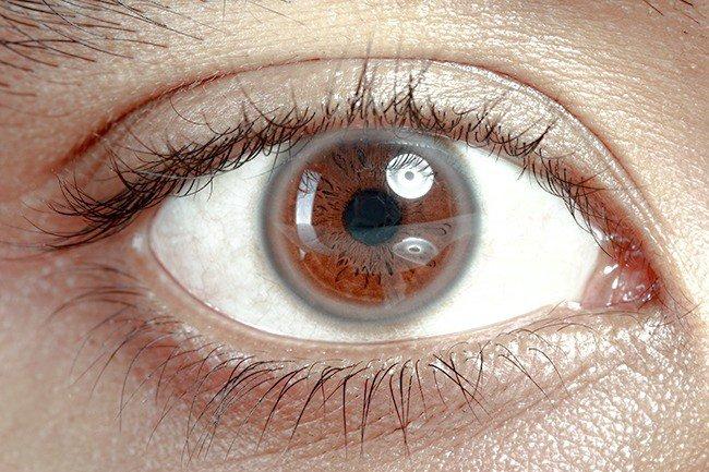 Mắt nhìn mờ đục, đau khi ánh sáng chiếu vào sau khi bóng đập vào mắt có sao không?
