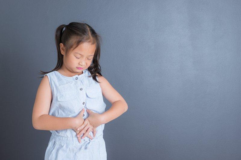 trẻ đau bụng thường xuyên