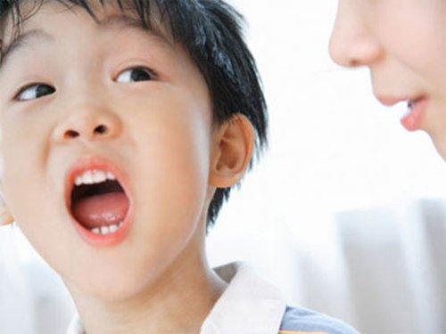 Trẻ 5 tuổi thường xuyên nói lắp