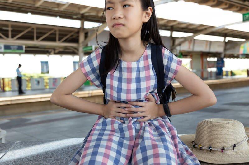 Trẻ 11 tuổi ra kinh nguyệt lần đầu 10 ngày mới hết, tháng có tháng không có sao không?