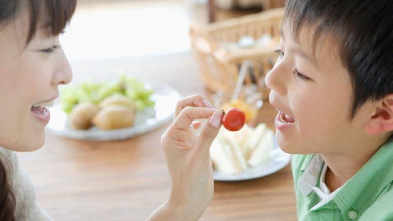 Tập cho trẻ ăn thức ăn lành mạnh
