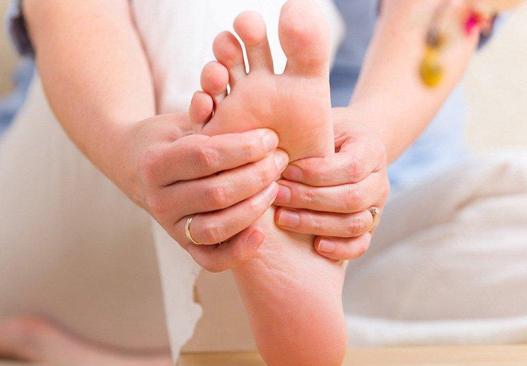 Lòng bàn chân có màu vàng, ngứa kèm mùi tanh là bệnh gì?