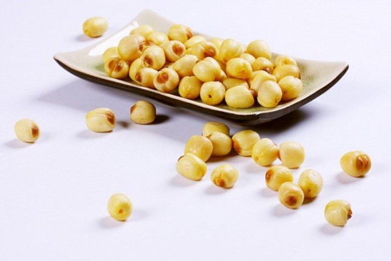 Trẻ nhỏ ăn hạt sen