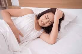 Sau sinh mổ hơn 1 tháng vẫn còn sản dịch kèm đau bụng dưới có sao không?