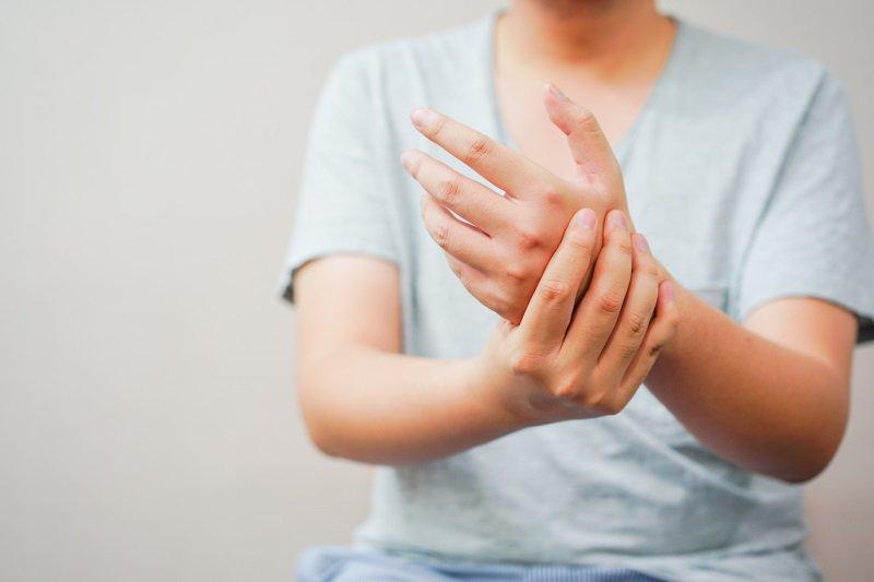 Điều trị tay bị tê do ảnh hưởng thoát vị đĩa đệm như nào?