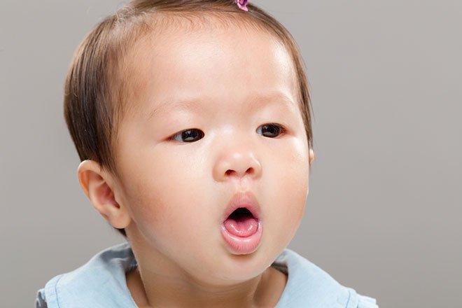 Bé hơn 1 tuổi ho có đờm, tiêu chảy kèm nổi mụn có sao không?