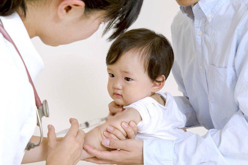 Trẻ sau tiêm vắc-xin viêm gan A và B bị nôn ói