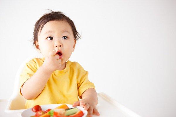 Nên cho bé ăn trái cây