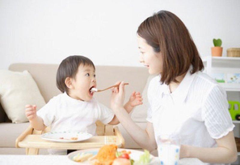 trẻ ăn hải sản