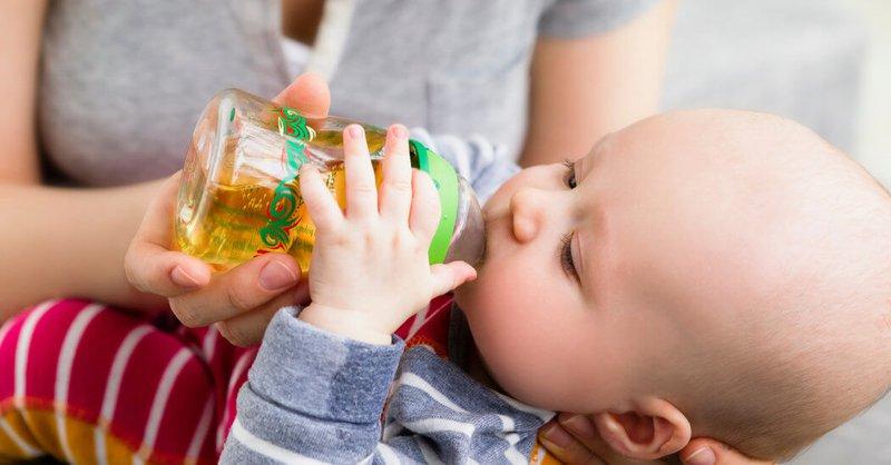 Có nên sử dụng nước ép trái cây ở trẻ dưới 1 tuổi?