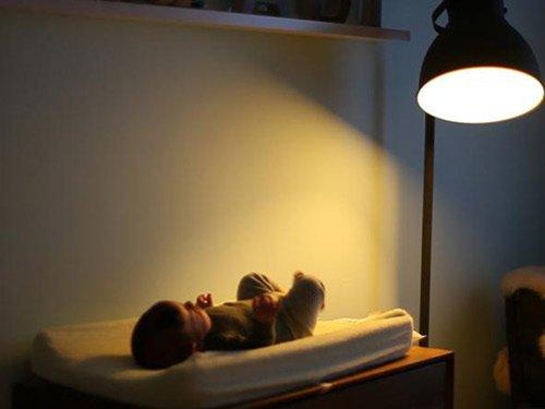 Khi nào cần bật đèn tuýp cho trẻ sơ sinh để tránh vàng da