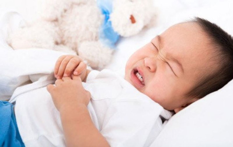 Trẻ đau bụng sau khi uống kháng sinh có sao không?