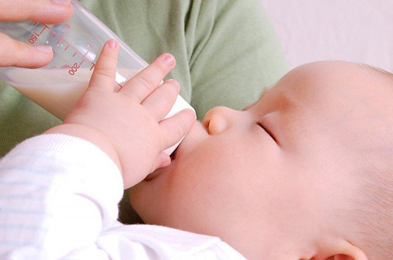 trẻ sơ sinh uống sữa nguội