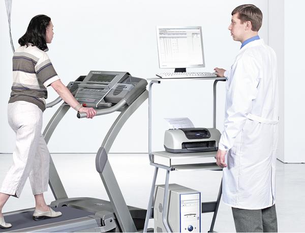 Kỹ thuật tập đi trên máy chạy thảm lăn cho người bị liệt, bại não