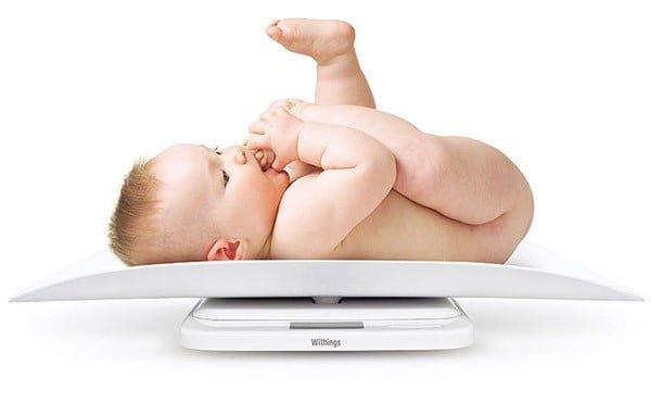 Trẻ hơn 2 tháng tuổi nặng 4.9kg có bị suy dinh dưỡng không?