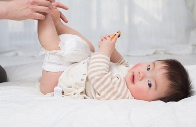 Trẻ 5 tháng tuổi đi ngoài ra máu