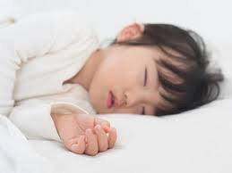Trẻ gần 3 tuổi co giật tay chân khi ngủ là dấu hiệu bệnh gì?