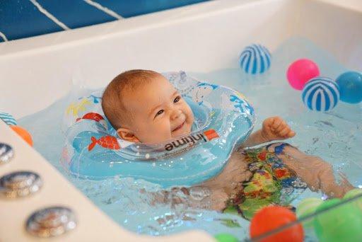 Bơi thuỷ liệu cho bé có tốt không?