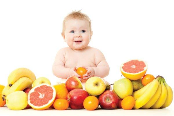 Cho bé ăn trái cây đúng cách