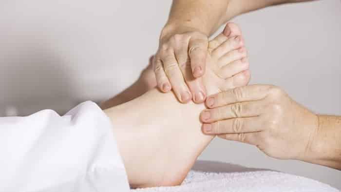 Người bệnh tiểu đường lâu năm bị tê nhức chân phải làm sao?