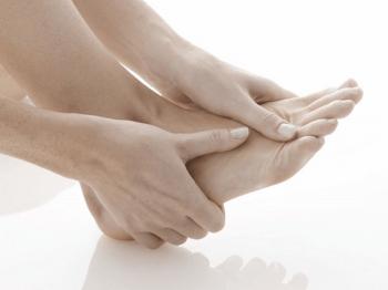 Giật mí mắt, run ngón chân có phải biểu hiện của bệnh Parkinson không?