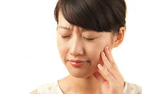 Khi nhai nghe thấy tiếng lục cục là dấu hiệu bệnh gì?