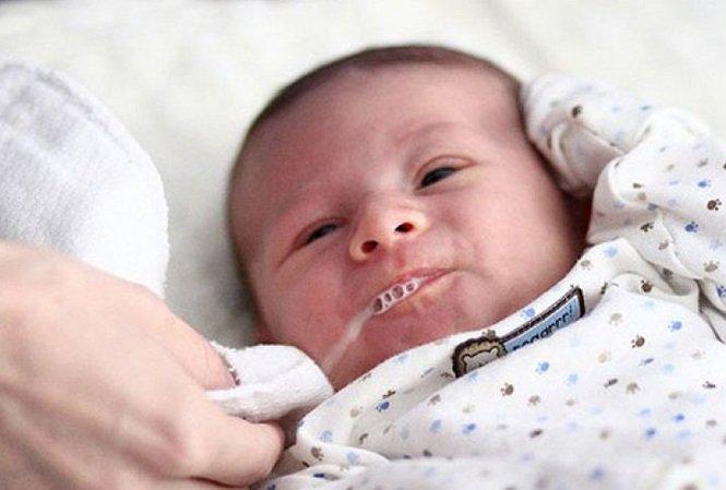 Bé sơ sinh bị viêm phổi, hay ọc sữa ở mũi có sao không?