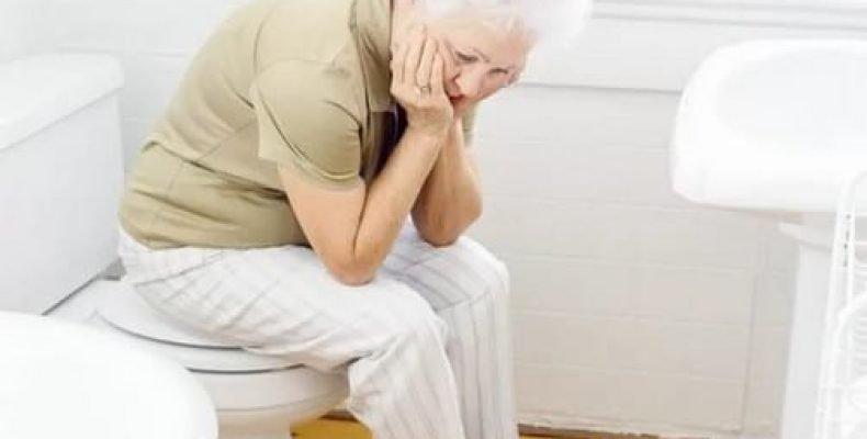 Người cao tuổi đi ngoài nhiều lần có phải do trĩ không?