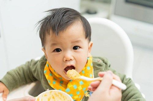 trẻ 18 tháng ăn gì
